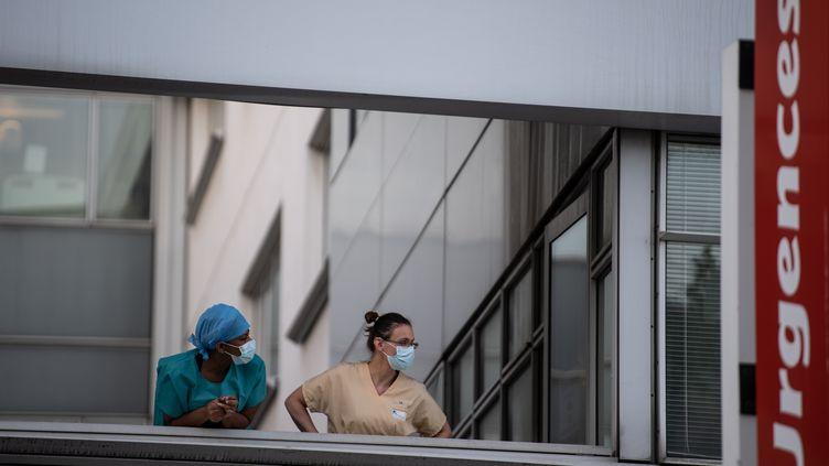 Des membres dupersonnel de santé de l'hôpital européen Georges-Pompidou à Paris, le 15 avril 2020, (photo d'illustration). (MARTIN BUREAU / AFP)