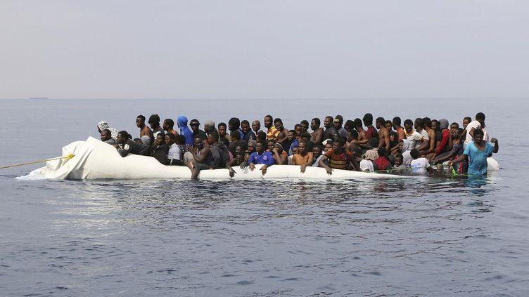 au large de la Libye, a déclaré à l'AFP un porte-parole de l'Organisation internationale pour les migrations. Selon le récit de quatre survivants, quelque 130 migrants, dont beaucoup de Soudanais, avaient embarqué le 15 juin 2017 en Libye à bord d'un canot pneumatique qui a fait naufrage au bout de quelques heures de navigation. Seuls deux Soudanais et deux Nigérians ont pu être récupérés sains et saufs par des pêcheurs libyens. Quelques heures après leur départ depuis les côtes libyennes, leur canot pneumatique a été intercepté par des trafiquants qui ont dérobé le moteur de l'embarcation. (ABDULLAH ELGAMOUDI / AFP )