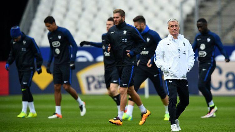 Didier Deschamps à l'entraînement des Bleus, le 28 mars 2016 (FRANCK FIFE / AFP)
