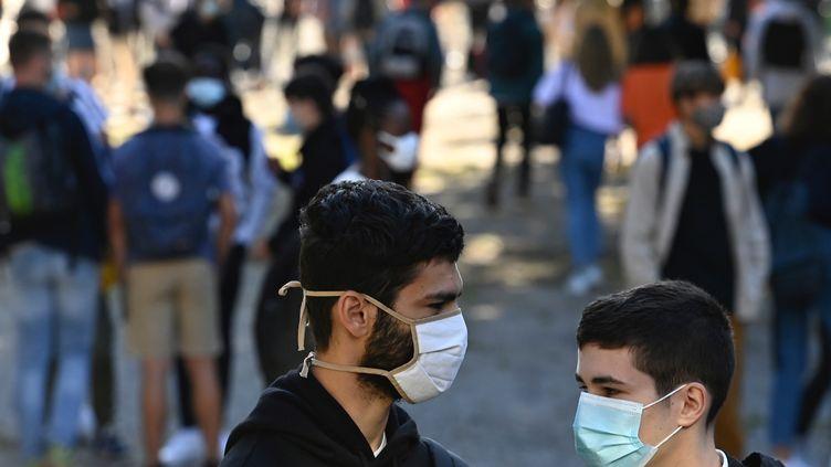 Des élèves masqués dans la cour du lycée Bréquigny, à Rennes (Ille-et-Vilaine), le 1er septembre 2020. (DAMIEN MEYER / AFP)