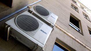 Des climatiseurs sur un immeuble en Lorraine. (PIRA Michel/ MAXPPP)
