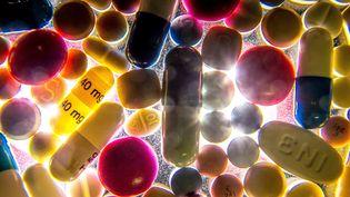 Des médicaments disposés sur une table. (PHILIPPE HUGUEN / AFP)