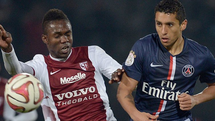 Modibo Maiga (Metz) à la lutte avec Marquinhos (PSG) (PATRICK HERTZOG / AFP)