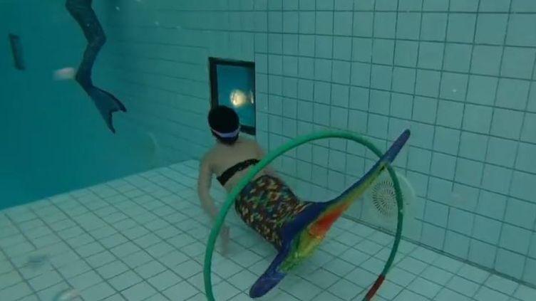Depuis quelques années, enfants et adultes peuvent nager comme des sirènes, avec une queue de poisson, dans les piscines publiques. (FRANCE 3)