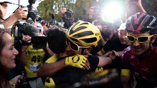 Le Colombien Egan Bernal, félicité pour sa victoire après avoir passé la ligne d'arrivée de la 21e et dernière étape du Tour de France, à Paris, le 28 juillet 2019. (MARTIN BUREAU / AFP)