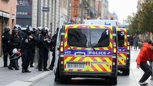 """Des policiers interviennent à Toulouse (Haute-Garonne) lors d'une manifestation des """"gilets jaunes"""", le 17 novembre 2019. (FREDERIC SCHEIBER / HANS LUCAS / AFP)"""