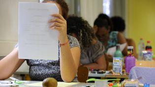 Une élève lors d'une épreuve du baccalauréat, le 15 juin 2017, à La Réunion. (RICHARD BOUHET / AFP)