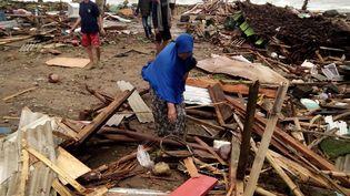 Des résidents de Carita (Indonésie) inspectent les débris sur la plage après le tsunami, le 23 décembre 2018. (SEMI / AFP)