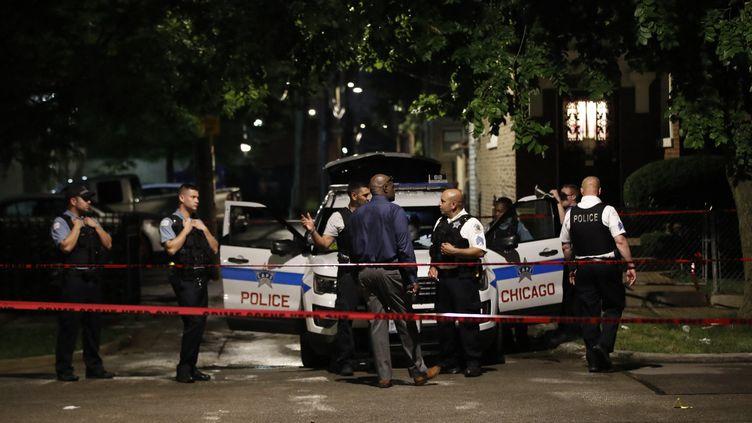 Des policiers de Chicago (Illinois) enquêtent sur les lieux d'une fusillade (21 juillet 2020). (KAMIL KRZACZYNSKI / AFP)