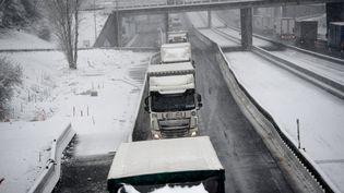 Des poids-lourds dans des embouteillagessur l'A10 mercredi 7 février. (GUILLAUME SOUVANT / AFP)