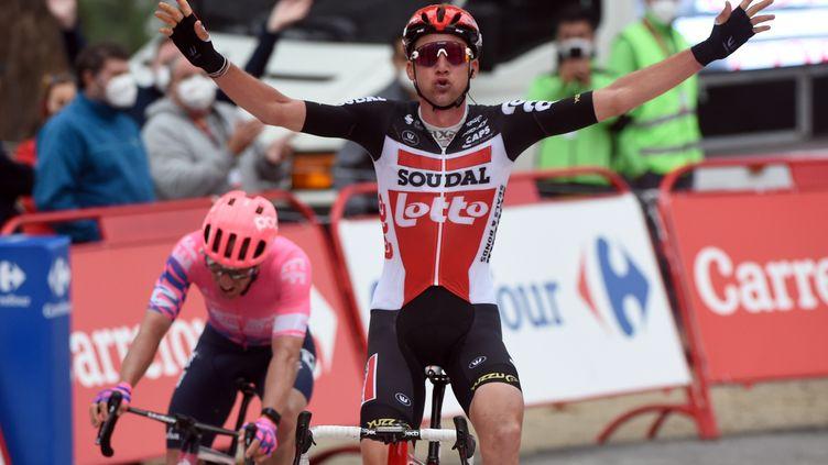 Dans l'ascension finale, Michael Woods n'a jamais réussi à sortir de la roue de Tim Wellens. (MIGUEL RIOPA / AFP)
