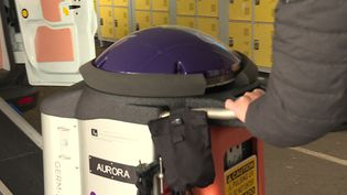 Le robot Lightstrike scanne le réfectoire d'un collège pour désinfecter la pièce (France 3)