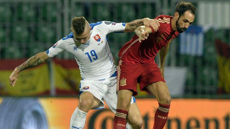 Juanfran (Espagne) face à Kucka (Slovaquie) (SAMUEL KUBANI / AFP)