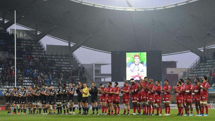 Les joueurs de Montpellier et Toulon rendent hommage à Nicolas Chauvinau stade deMontpellier, le 16 décembre 2018. (SYLVAIN THOMAS / AFP)