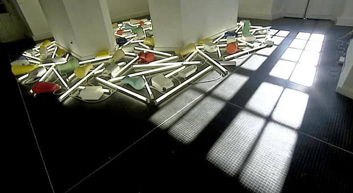 Daylight Floatsam Venice, 2013 55e Biennale de Venise, 2013 récipients plastiques, tubles fluorescents  (France 3 / Culturebox)