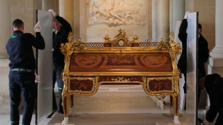 Pendant deux ans, des artisans ont utilisé des techniques traditionnelles du XVIIIe siècle pour restaurer un joyau du château de Versailles (Yvelines), le bureau du roi Louis XVI. (FRANCE 2)