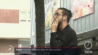 Un fumeur en Galice. (France 2)