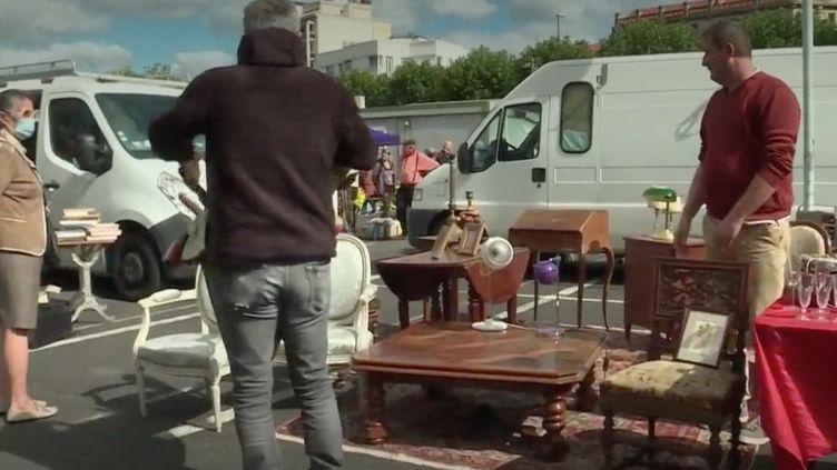 Après trois mois de fermeture forcée, les marchés aux puces rouvrent partout en France. Les amateurs de brocante étaient au rendez-vous dimanche 7 juin à Clermont-Ferrand (Puy-de-Dôme). (France 3)