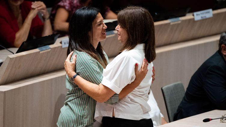 Michèle Rubirola (à droite) enlace Samia Ghali au conseil municipal de Marseille, le 4 juillet 2020. (CLEMENT MAHOUDEAU / AFP)