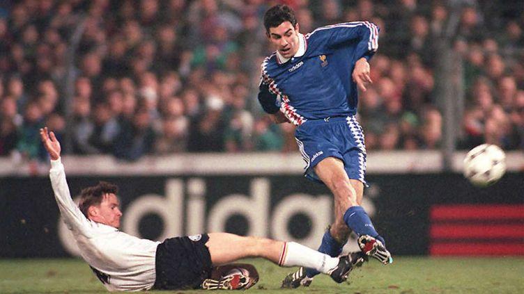 Robert Pirès, marque un but qui qualifie l'équipe de France olympique pour Atlanta, le 26 mars 1996. (FRANCK FIFE / AFP)