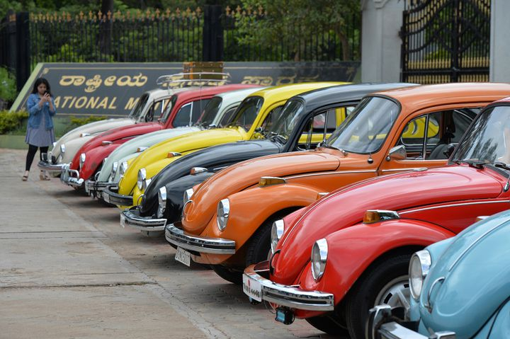 """Des voitures Coccinelle de collection, le 24 juin 2018, lors d'un rassemblement pour le""""World Wide Volkswagen Beetle Day"""", à Bangalore (Inde). (MANJUNATH KIRAN / AFP)"""