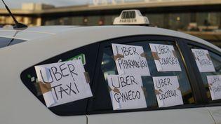 Des taxis manifestent contre UberPop à Orly (Val-de-Marne), le 25 juin 2015. (THOMAS SAMSON / AFP)