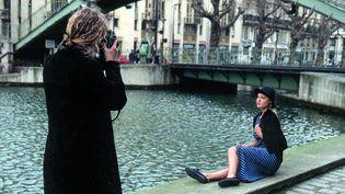 Le toit de son bureau, les rues de Paris, Tokyo ou New York, sont les décors qu'Agnès b préfère pour mettre en scène ses vêtements… Ici à l'été 1993, le long du canal Saint-‐Martin à Paris  ( Archives agnès b.)