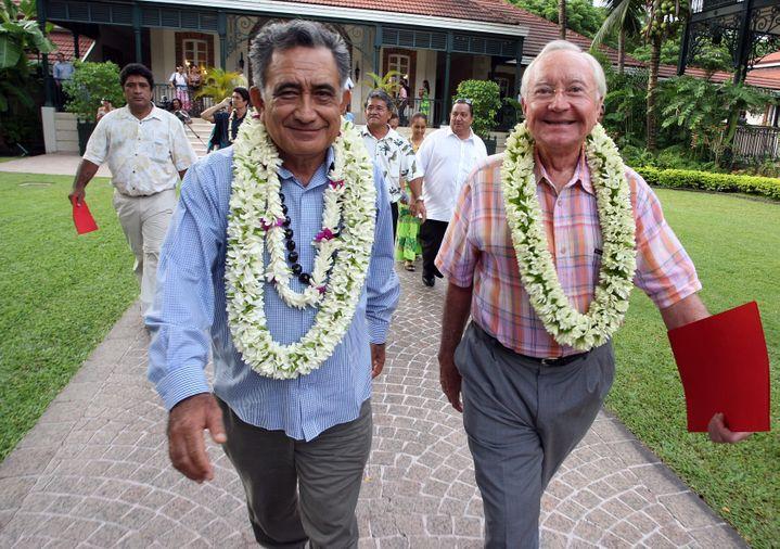 Oscar Temaru (à gauche) et Gaston Flosse (à droite), le 29 février 2008, à Papeete (Tahiti, Polynésie française). (GREGORY BOISSY / AFP)
