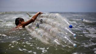 La production mondiale de plastique pourrait augmenter de 41% et la quantité accumulée dans les océans pourrait doubler d'ici 2030 selon un rapport de WWF. (ERNESTO BENAVIDES / AFP)