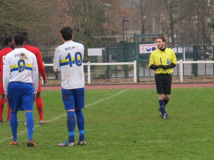 """Erwann Le Quernec-Bosson, arbitrant un """"match normal"""", malgré quelques accrocs, le 12 janvier 2014 à Fontainebleau (Seine-et-Marne). (CHRISTOPHE RAUZY / FRANCETV INFO)"""