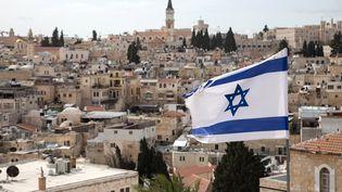 Un drapeau israélien flotte au-dessus de Jérusalem, le 12 février 2018. (KRISTINA AFANASYEVA / SPUTNIK / AFP)