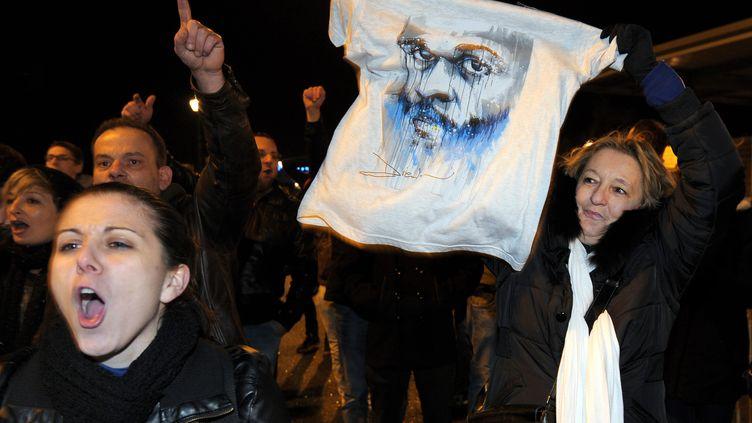 Des spectateurs de Dieudonné déçus devant le Zenith de Nantes le 9 janvier 2014 (JEAN-SEBASTIEN EVRARD / AFP)