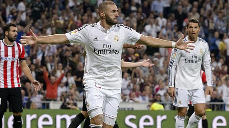 Karim Benzema heureux devant Cristiano Ronaldo