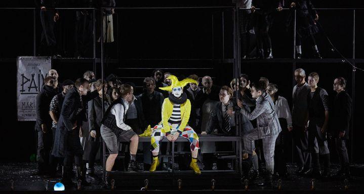 Fantasio, ici en bouffon du roi, est incarné sur scène par la mezzo-soprano Marianne Crebassa.  (Pierre Grosbois)