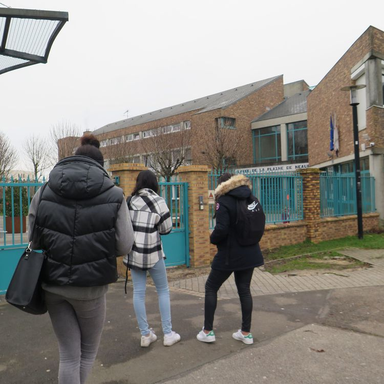 Des élèves devant l'entrée du lycée La Plaine-de-Neauphle de Trappes (Yvelines), où enseigne le professeur de philosophie Didier Lemaire, le 8 février 2021. (MAXPPP)