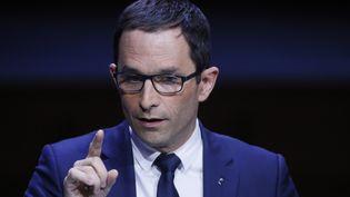 Benoît Hamon tient un disocurs devant l'Association des maires de France (AMF), jeudi 23 avril 2017, à la maison de la Radio, à Paris. (IAN LANGSDON / EPA)