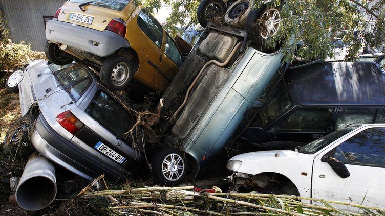 Des voitures endommagées par les inondations à Cannes (Alpes-Maritimes), le 7 octobre 2015. (JEAN-CHRISTOPHE MAGNENET / AFP)