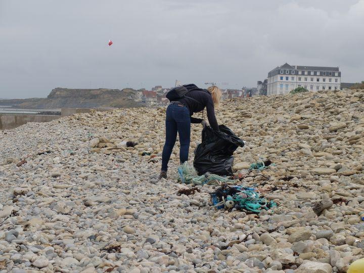 Anne, membre de l'association Sea-Mer, ramasse des déchets à Wimereux (Pas-de-Calais), dimanche 2 juillet 2017. (MARIE-ADELAÏDE SCIGACZ / FRANCEINFO)