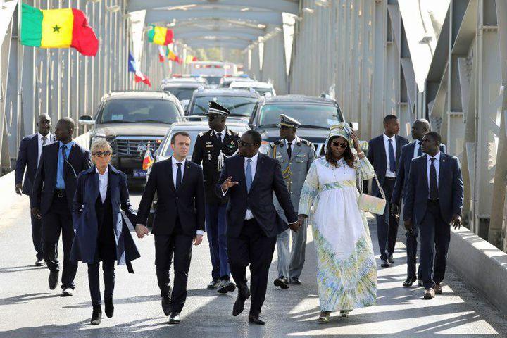 Les présidents sénégalais, Macky Sall, et français, Emmanuel Macron, sur le pont Faidherbe à Saint-Louis du Sénégal le 3 février 2018. (LUDOVIC MARIN / AFP)