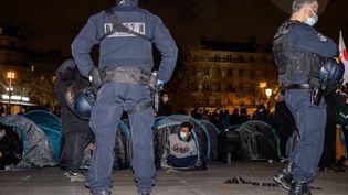Les migrants installés place de la République à Paris ont été évacués par les forces de l'ordre lundi 23 novembre 2020. (JEROME GILLES / NURPHOTO / AFP)