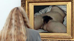 """Une visiteuse devant""""L'Origine du monde"""" de Gustave Courbet  (Darek Szuster / PHOTOPQR/L'ALSACE)"""