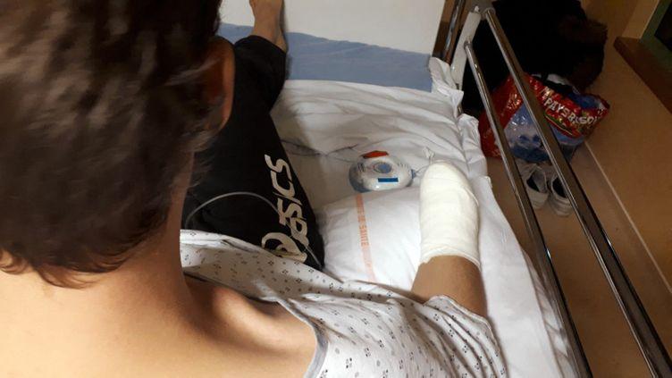 Antoine, 26 ans, a été amputé après qu'une grenade lui a explosé dans la main au cours de la manifestation des gilets jaunes de Bordeaux samedi 8 décembre 2018. (THIBAULT LEFÈVRE / FRANCE-INTER)