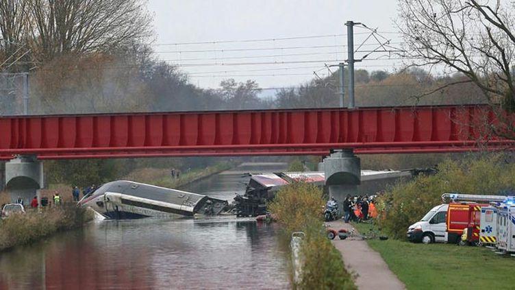 (La locomotive a terminé dans le canal de la Marne-au-Rhin. © Maxppp)