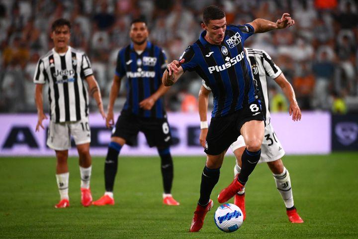Le défenseur allemand Robin Gosens lors d'un match amical face à la Juventus le 14 août dernier. (MARCO BERTORELLO / AFP)