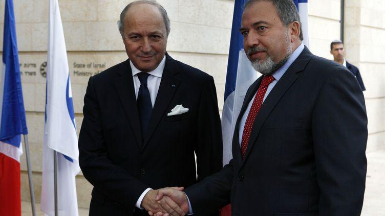 Laurent Fabius, ministre français des Affaires étrangères, et son homologue israélienAvigdor Lieberman, le 18 novembre 2012 à Jérusalem (Israël). (GALI TIBBON / AFP)