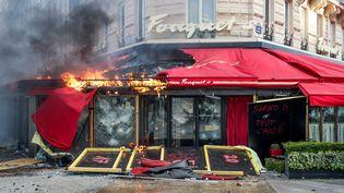 Le Fouquet's a été complémentsaccagé dans la matinée avant de voir son auvent incendié dans l'après-midi, samedi 16 mars 2019. (ZAKARIA ABDELKAFI / AFP)