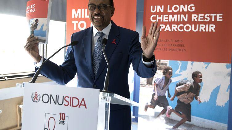 Michel Sidibé, ledirecteur exécutif de l'Onusida, lors d'une conférence de presse à Paris, le 18 juillet. (THOMAS SAMSON / AFP)