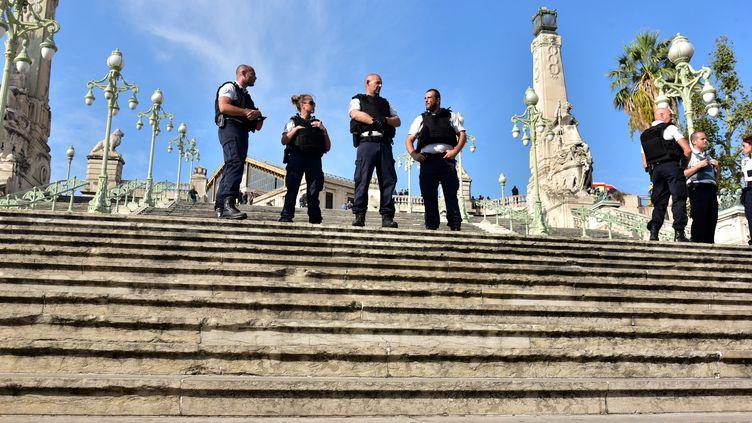 Des policiers à la gare Saint-Charles, à Marseille (Bouches-du-Rhône), le 1er octobre 2017. (GEORGES ROBERT / CITIZENSIDE / AFP)