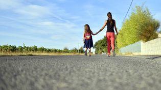 Le nombre de familles monoparentales avec enfants mineurs ne cesse de croître régulièrement, rapporte l'Insee dans une étude publiée, le 28 août 2017. (LOIC VENANCE / AFP)