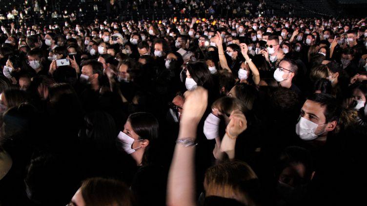 """Le public masqué mais euphorique à l'AccorHotels Arena de Bercy pour le """"concert test"""" d'Indochine, organisé avec l'APHP. (CLAIRE LEYS / RADIO FRANCE)"""